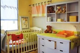 חדר תינוק בגוון תכלת שמיים.
